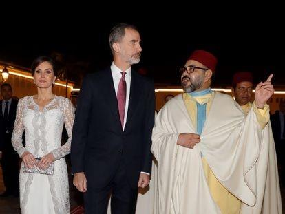 Los reyes Felipe y Letizia con el rey Mohamed VI a su llegada al Palacio Real de Rabat, en febrero de 2019.