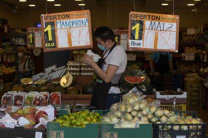 Don Fruta, iniciada en 2008 por tres inmigrantes de China, tiene un acuerdo de franquicia con 70 fruterías de Madrid. En la foto una de sus tiendas, en la calle Alcalá 384.