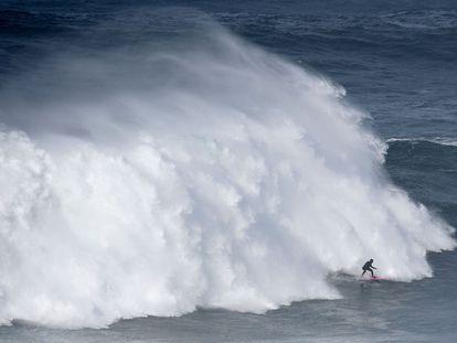 La brasileña Maya Gabeira surfea una ola en Nazaré, Portugal.
