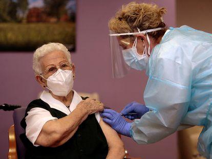 Araceli Hidalgo, de 96 años, recibe la primera vacuna de la covid en España, este domingo en la residencia Los Olmos de Guadalajara.