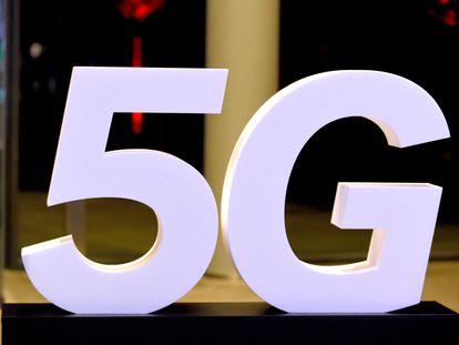 Un logotipo de la tecnología 5G en un evento en París en octubre de 2018.