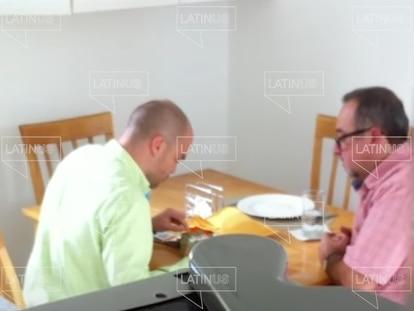 Fotograma del video de Latinus donde Martín López Obrador recibe 150.000 pesos de manos de David León en 2015.