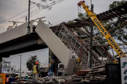 Trabajadores remueven los escombros en la zona del derrumbe de la Línea 12 del Metro en Ciudad de México, el 5 de mayo.