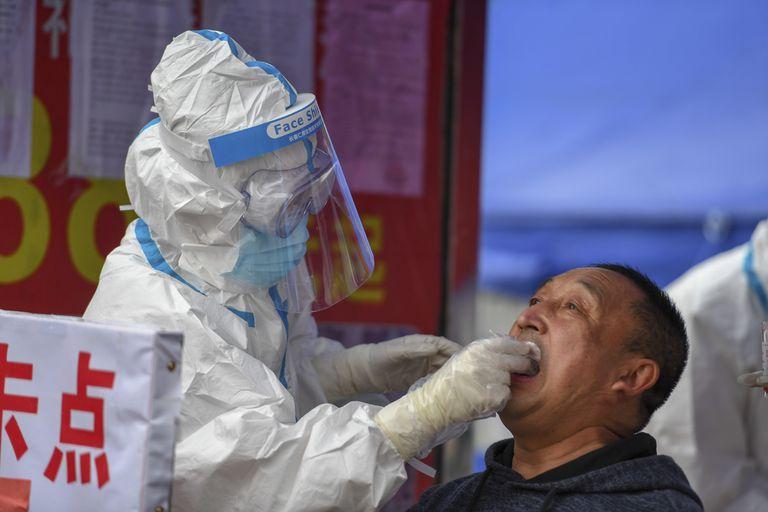 Un profesional sanitario efectúa una prueba del coronavirus a un residente de la ciudad de Shulan, en el noreste de China.