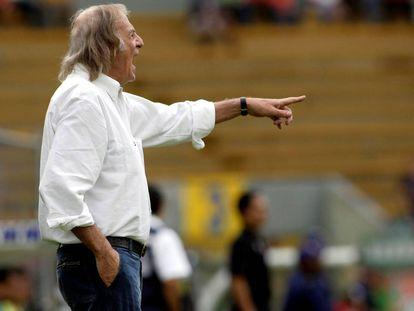 Menotti, en una foto de archivo como entrenador de su último equipo, el mexicano Tecos.