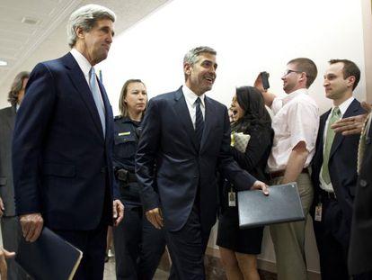 George Clooney (derecha) con el senador John Kerry.