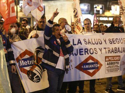 Trabajadores de Metro manifestándose el jueves en Madrid para denunciar la grave situación de la empresa pública.