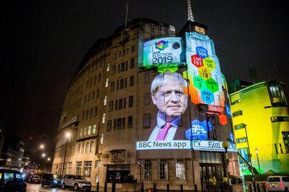 Encuesta electoral de las elecciones inglesas proyectada en un edificio de la BBC.
