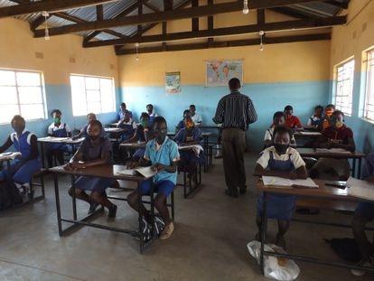 Estudiantes en Kasiya Community School, en Zambia, respetando las medidas de prevención.