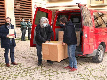 Momento en el que la furgoneta llega a Barbastro desde el Museo de Lleida con las primeras 23 piezas entregadas de las parroquias.