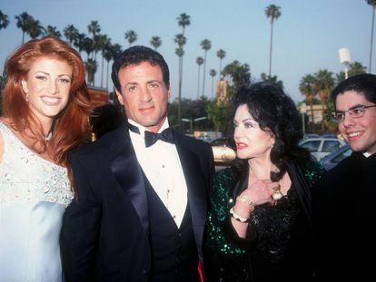 La actriz y modelo Angie Everhart (una de las parejas de Stallone), Sylvester Stallone, Jackie Stallone (su madre) y Sage Stallone (su hijo) posan en la gala de los premios Blockbuster en Los Ángeles en 1995.