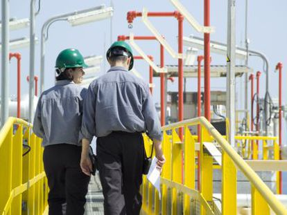 Técnicos del grupo Enagas revisan las instalaciones de la compañía en México.