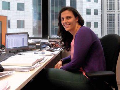Soledad Navarro, en su oficina de Singapur donde trabaja valorando naves industriales.