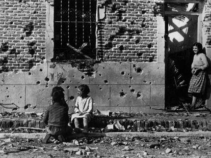 La foto de Robert Capa de unos niños delante de una casa en Entrevías, en noviembre de 1936.