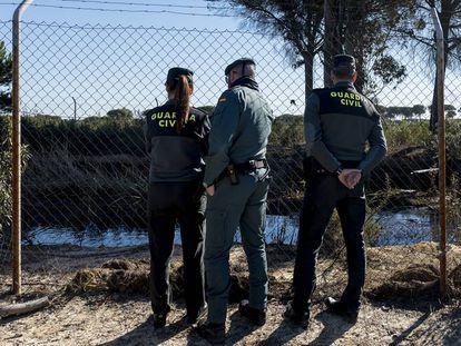 Agentes de la Guardia Civil inspeccionan una balsa ilegal en Lucena del Puerto (Huelva) este martes.