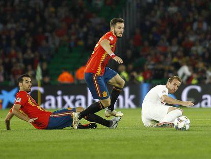 Busquets y Saúl persiguen a Kane.