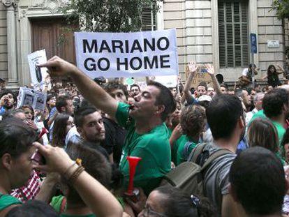 Manifestantes ante la Delegación del Gobierno, en Barcelona.