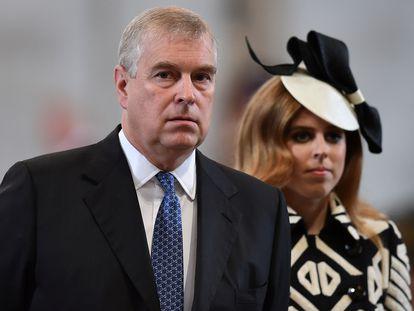 El príncipe Andrés de Inglaterra y su hija Beatriz, en la catedral de San Pablo de Londres el 10 de junio de 2016.