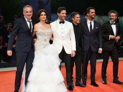 Desde la izquierda, el director Olivier Assayas y los actores Penélope Cruz, Edgar Ramírez, Gael García Bernal, Wagner Moura y Leonardo Sbaraglia, anoche en Venecia. En vídeo, la alfombra roja.