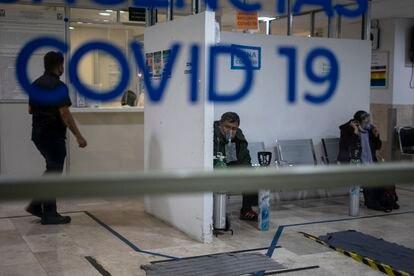 Varias personas esperan en la sala de emergencias covid-19 del Hospital de los Venados en la Ciudad de México, el 25 de diciembre de 2020.