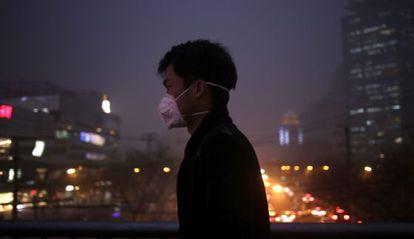 Un hombre pasea por las calles de Pekín (China) con una mascarilla.