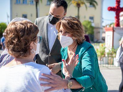 La secretaria general del PSOE-A, Susana Díaz, conversa con vecinos de Lebrija (Sevilla) este viernes.
