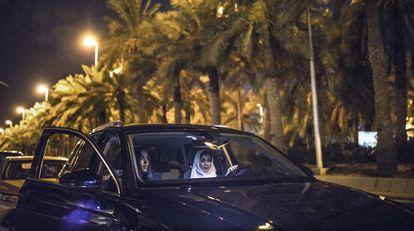 Rana Alshaikh, al volante, y su compañera de trabajo Lamya Saif van a una exposición en Al Safarat, el barrio diplomático de la capital saudí. Ambas trabajan en la Sociedad para la Conservación del Patrimonio y a menudo ellas y otras compañeras comparten coche cuando acuden juntas a un evento cultural.