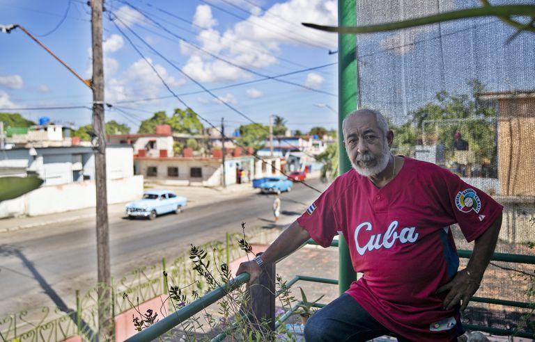 El escritor cubano Leonardo Padura en su casa de Mantilla, en La Habana, Cuba.