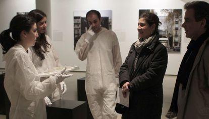 Estudiantes de arquitectura charlan con visitantes de la muestra.