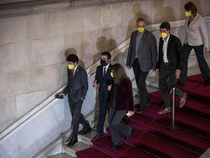 Aragonès, entre Calvet y Budó, en las escaleras del Parlament este viernes.