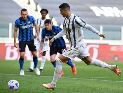 Cristiano marca el primer gol del partido ante el Inter de penalti.