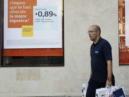 Publicidad de hipotecas en una sucursal bancaria, en Madrid.