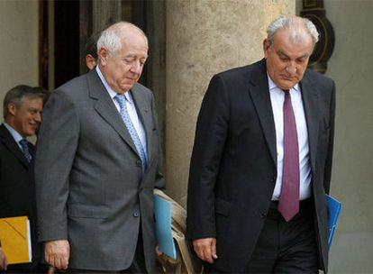 El presidente de Caisse d'Epargne, Carles Milhaud (Izquierda), a la salida de una reunión.
