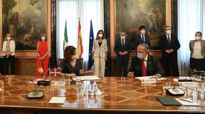 La ministra de Hacienda, María Jesús Montero, y el consejero de Economía del Gobierno vasco, Pedro Azpiazu, firman en Madrid los acuerdos de la Comisión del Concierto Económico.