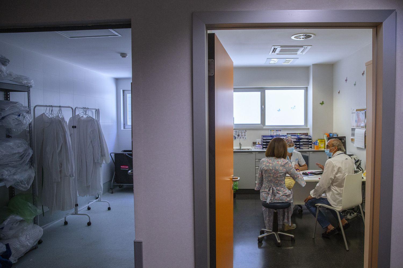 Junto a Carmen Lavín, su mujer, atendidos por la enfermera de endocrinología Marina Rozalén.