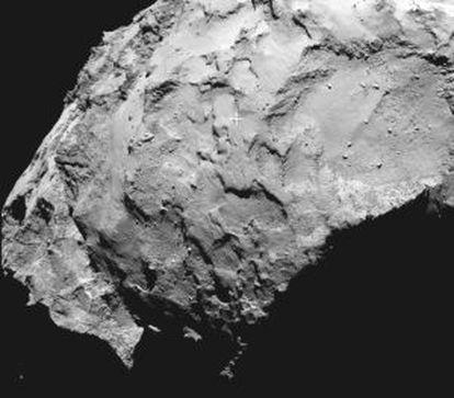 Lugar de descenso (marcado con una cruz) de la sonda Philae en la superficie del cometa.