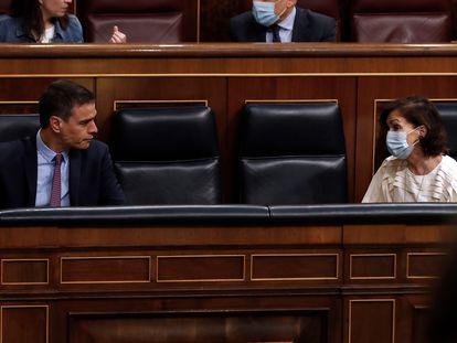 El presidente del Gobierno, Pedro Sánchez y la vicepresidenta primera, Carmen Calvo, durante la  sesión de control al Gobierno.