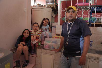 Jhoan Martín Machado, en su casa, junto a sus hijas Marcela, Miranda y Mariangel.