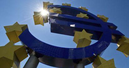Símbolo del euro a las puertas del Banco Central Europeo, en Fráncfort.