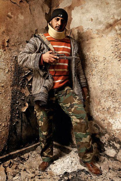 """Khaled Abdlrashikh, de 30 años. Ras Lanuf. Desde el comienzo de la guerra se dedicó a llevar medicinas, armas y comida al frente, y trasladar a muertos y heridos a los hospitales. Antes estaba en el paro. """"Teníamos que hacer algo. Imagine que su rey se pusiera de repente a dispararles. Tendrían que defenderse, ¿no?""""."""