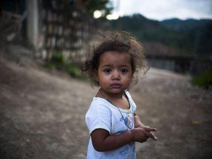 Una niña en las calles de El Guantillo, Honduras.