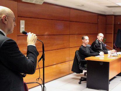 Rodolfo Ares, durante el juicio contra el abogado defensor de presos de ETA, Alfonso Zenon, a la derecha.