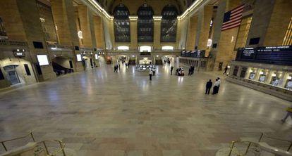 La Estación Central de Nueva York, vacía por la suspensión del transporte.