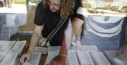 Una mujer consulta las papeletas antes de votar en un colegio electoral instalado en el instituto Rascanya de Valencia, en los comicios europeos de 2009.