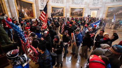 Fotografía de archivo del 6 de enero de 2021 donde aparecen varios simpatizantes de Trump durante el asalto al Capitolio en Washington (EE UU).