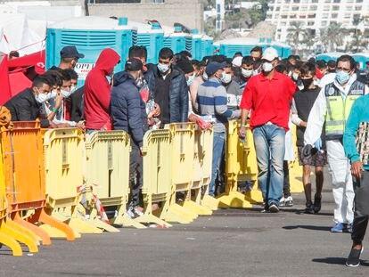 Inmigrantes llegados en patera hacían este miércoles cola en el muelle del puerto de Arguineguín, localidad del suroeste de Gran Canaria.