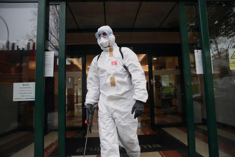 Un miembro de la UME desinfecta una residencia de mayores en Madrid. En vídeo, declaraciones de José Luis Ábalos este lunes. SAMUEL SÁNCHEZ | EPV