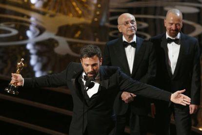 Ben Affleck con el Oscar a la mejor película, por Argo