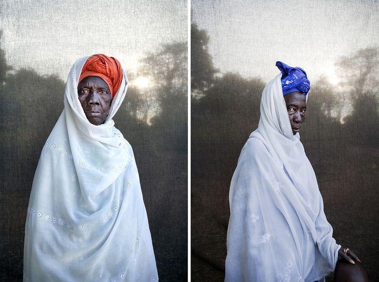 Umbi Salla Touray (izquierda), madre de jefe de aldea y Kanifan Touray, hermana de jefe de aldea (Gambia).