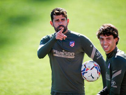Diego Costa y João Félix durante el último entrenamiento del Atlético previo al partido con el Barcelona de este sábado en Madrid.